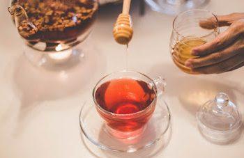 Τα 3… θαύματα που κάνει μια κουταλιά μέλι πριν τον ύπνο